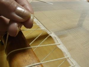 生地をピンと張る為に、糸を引き上げていきます。