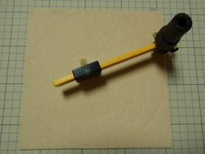 カットするマットにフェルトを置いて、コンパスの用に使うカッターで円形にカットしています。