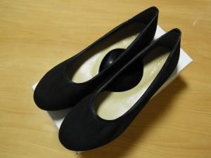 シンプルな黒い靴にビーズ刺繍をしていきます。