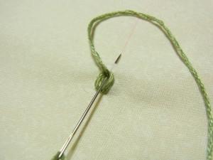 次のチェーンを作る時も、糸で輪を作り糸が出ている部分に針を入れて生地をすくいます。