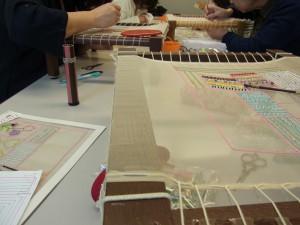 新宿校のレッスン風景です。アリワークの刺繍台が並んでいます。