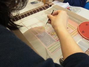 ポリエステル糸を使った糸刺繍です。隙間を作らず正確に2列並べて刺してあります。