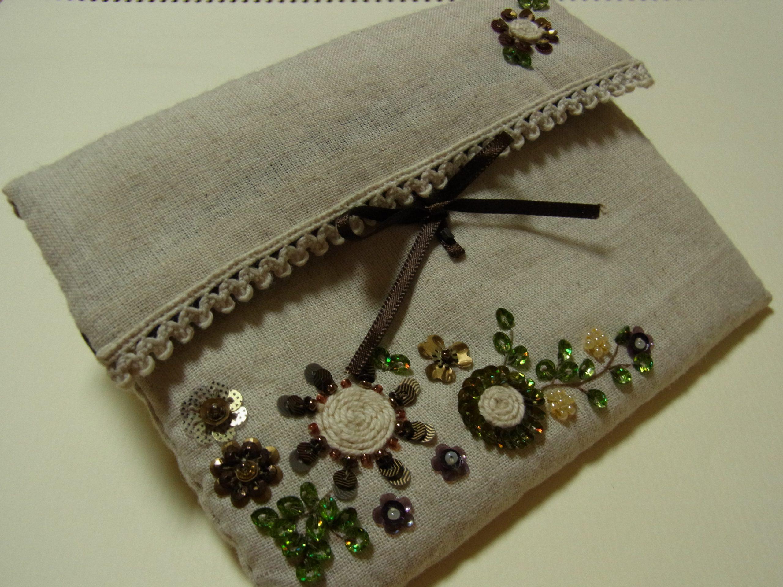 紐を使って刺したお花がメインの刺繍です。小物入れになります。