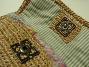 小物入れの留め金に大きなスナップを縫い止めています。
