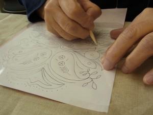 刺繍をする前の準備!生地に図案を転写しています。