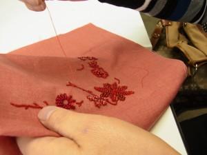 カギ型にデザインされた花模様を刺しています。大小数種類の花があります。