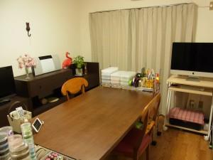 作業をするデスクは部屋の中央へ配置。家具とiMacは壁沿いに配置しました。