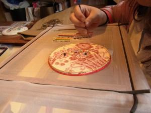 アリワークの課題No.1を刺しています。ビーズと糸刺繍を交互に刺しています。