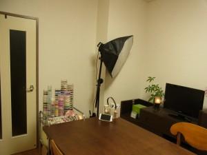 撮影機材も部屋の角にスタンバイさせています。