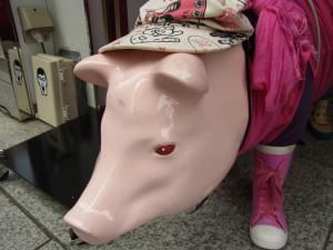 ビルの入り口に置いてあるピンクのぶたです。