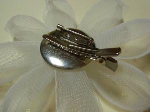 コサージュの裏面に、クリップ付きのブローチ金具を付けています。
