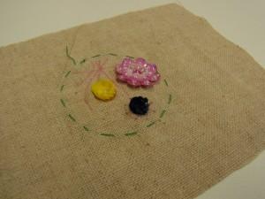 カップ型スパンコールを使った、バランスの良い立体の小花が刺してあります。