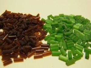 竹ビーズを2色買ってきました。緑の方は小ネギに見えます。