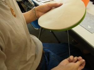 刺繍をする時に、ビーズやスパンコールを置くマットを制作中!フェルトでキルト芯を挟み、周りをボタンホールステッチで止めていきます。