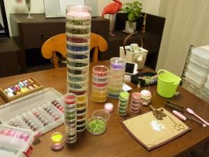 アトリエのテーブルの上には、スパンコール、ビーズ、針、糸なのがあります。只今、ビーズ刺繍中です。