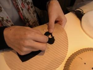 円形の生地にドレスを貼ってから刺していきます。襟の淵に3mmカップ型スパンコールを連続刺ししています。