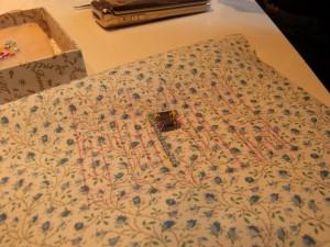 パスケースに挑戦!!パーツ毎が、細かい刺繍の連続です。中央部分の小さなミラーを横一列に刺しています。