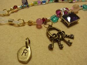 イニシャルの入ったパーツを外して、小さい鍵が沢山付いているパーツに交換です。
