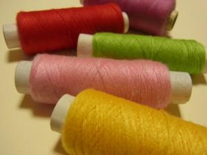 ビーズ刺繍に使うポリエステルの糸があります。
