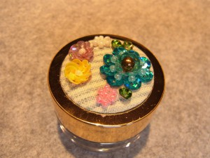 3種類のお花(ピンク、黄色、ブルー)が完成したので、蓋に貼り付けます