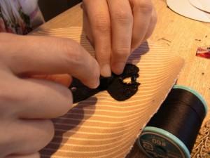 壁飾り(ドレス)を制作中!ロングドレスのキュッと締まったウエスト部分に、リボンを飾っています。