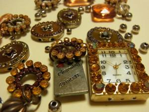 紐が切れてビーズのパーツが、バラバラになってしまった腕時計です。