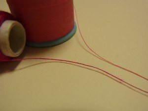 糸が2種類あります。上がミシン糸、下がポリエステル糸です。