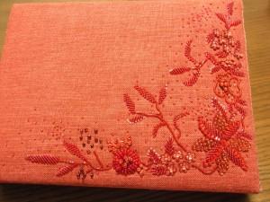 赤一色でビーズ刺繍をしたサンプルです。