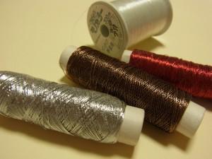 メタル糸とクリア糸が合わせて4個あります。