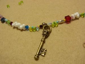 ビーズとスワロフスキーの間に、3.5cmの大きな鍵も飾ってあります。