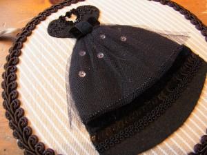 丸型の壁掛けにドレスご刺繍してあります。裾にはビーズ、スパンコール、ブレードが飾ってあります。