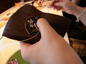 ハートの中の刺繍が終わり、その周りを紐飾り糸でコーチングしています。