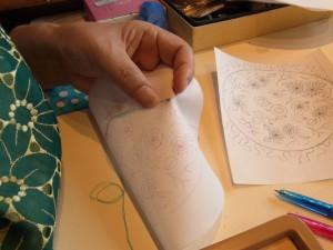 課題の壁飾り(フラワー)の転写が終わったので、お花の中心から刺していきます。