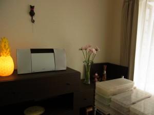 パイナップルのスタンドと、ガーベラが飾ってあるアトリエです。