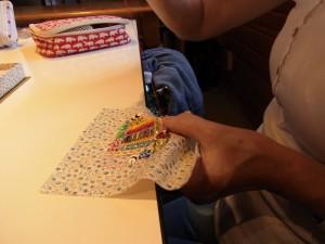 パスケースに仕上げます。片面だけ細かいビーズやスパンコールを使って刺繍をしています。