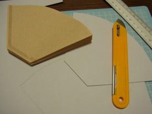 ペーパーフィルターを入れる箱を作るので、ボードをカットしています。
