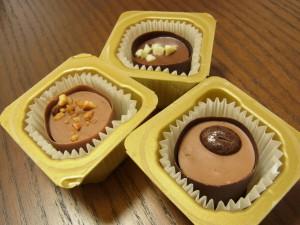 一口サイズの3種類のチョコレートがあります。