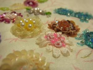 リボン刺繍のお花も完成させましたよ!中心はナッツステッチ、周りはジャパニーズステッチで刺しています。