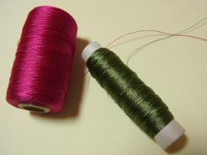 2色のレーヨン糸があります。
