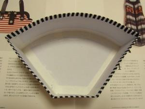 側面を貼った生地の余りを、ボードの内側に折りたたんでボンドで固定します。