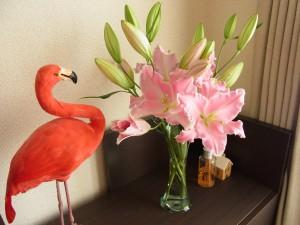 お部屋に飾ってあるピンクの百合が大きく咲いています。
