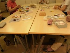 カルチャーのお教室です。5名様がビーズ刺繍を楽しんでいます。