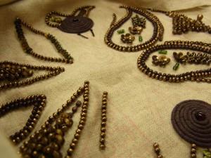 革のコードを渦巻き状にコーチングした部分などは、凸凹にならず平らに綺麗に刺してあります。