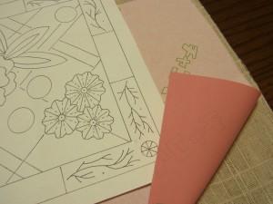 生地→チャコペーパー(転写紙)→図案の順に重ねていきます。チャコペーパーは色の濃い方を生地に当てます。