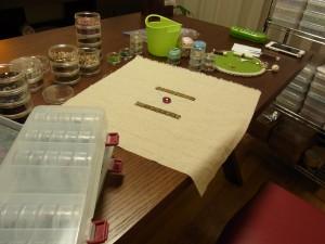 生地の中におおきなアクリルビーズを刺しています。両サイドにはブレイドが縫っています。
