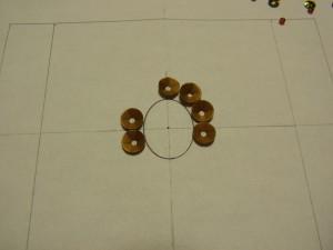 アクリルパーツの楕円形を書きます。次に、スパンコールを刺す位置の線を書きます。