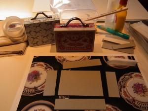 長方形のボードに、縦横ボードを貼って箱を作っていきます。