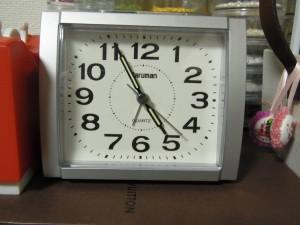 時計は、朝の4時55分を指しています。