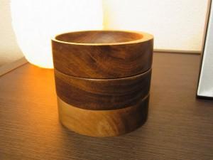 木製の円形3段のアクセサリーケースです。