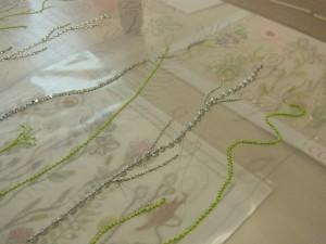 メタル糸、ビーズ、スパンコール、糸刺繍で刺した茎が刺し上がりました!針目が揃っていて綺麗です。